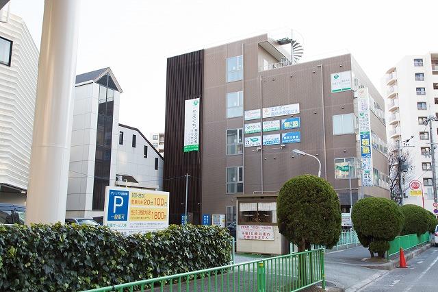 ④階段をおりて見える茶色のビルの4Fが当院です。